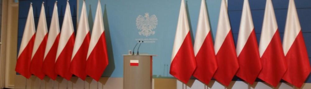 Erste Pressekonferenz der neuen rechtskonservativen polnischen Regierung mit entfernten Europafahnen.