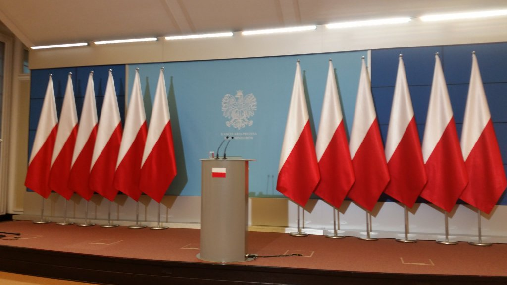 Bild: Erste Pressekonferenz der neuen rechtskonservativen polnischen Regierung mit entfernten Europafahnen.